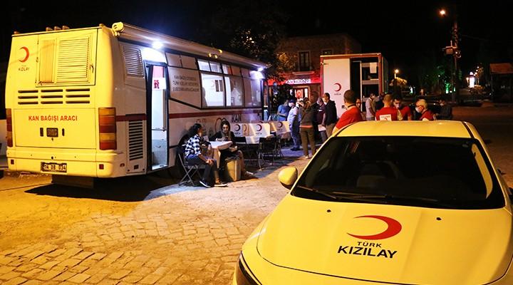 Foça'da Kızılay'ın Gece Mesaisine AK Partililerden Destek